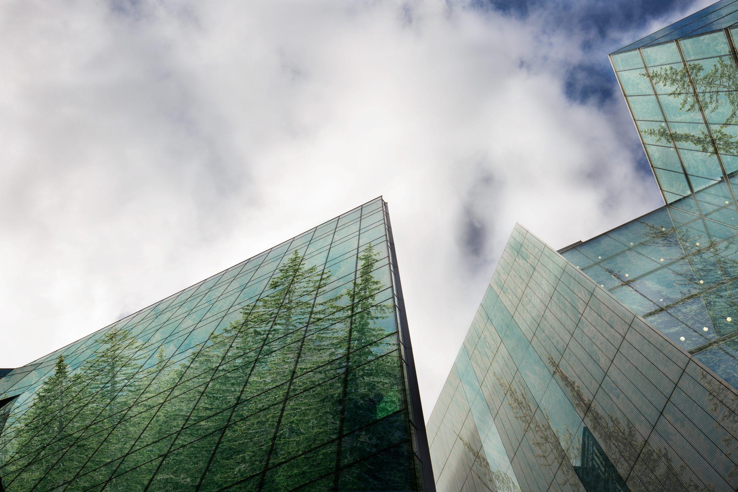 Bankgebäude mit Wald